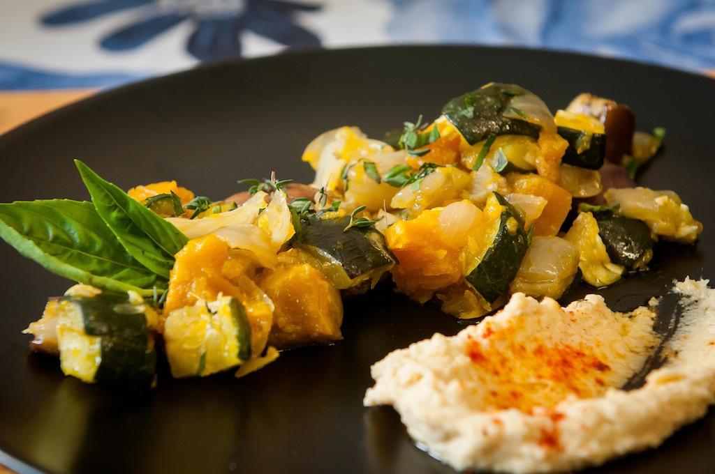Julia Pela la Yuca Ensalada Tibia de zapallo y vegetales Chef Charlie Collins 100 recetas una historia