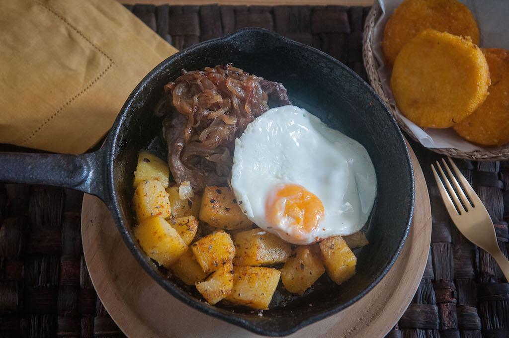 Bistec a caballo con tortillas de maíz