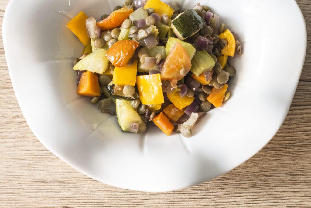 ensalda de lentejas y vegetales rostizados