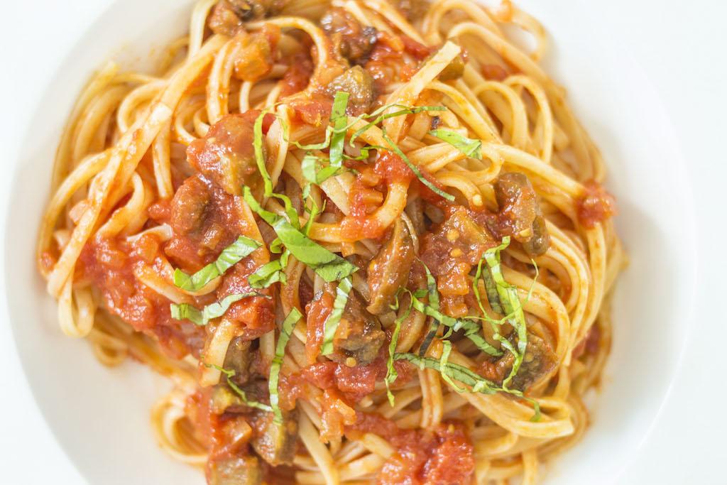 Linguini con berenjenas y pomodoro
