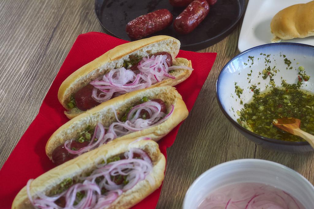 Kiener: Chorizos al grill con chimichurri y cebollas encurtidas