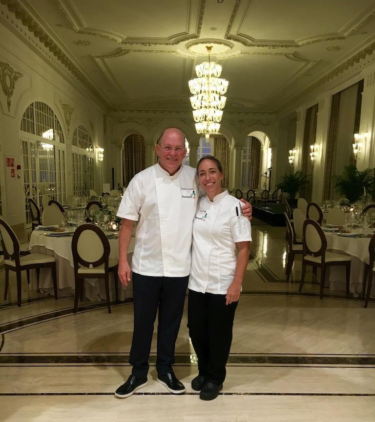 Chef Charlie Collins y Julia Pela la Yuca