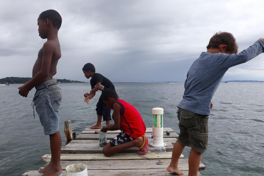 Niños pescando Bocas del Toro Panamá