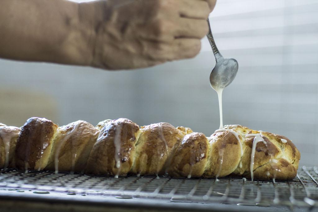 Trenza sueca o pan de cardamomo poniendo glaseado