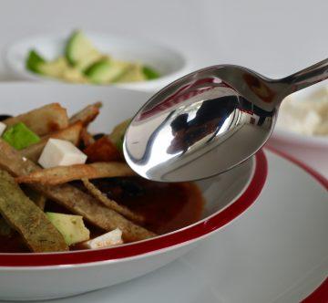 plato de sopa de tortilla con cuchara