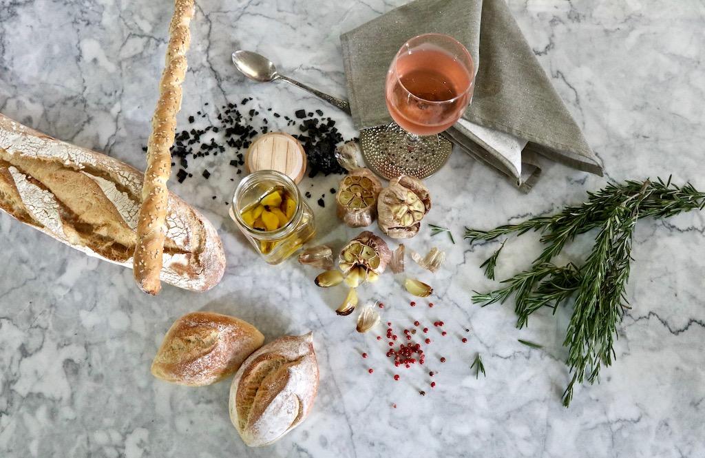 ajos rostizados con decoracion sobre mármol