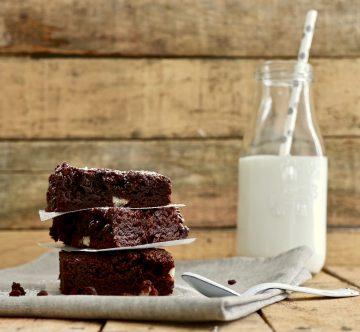 Torre de brownies con botella de leche