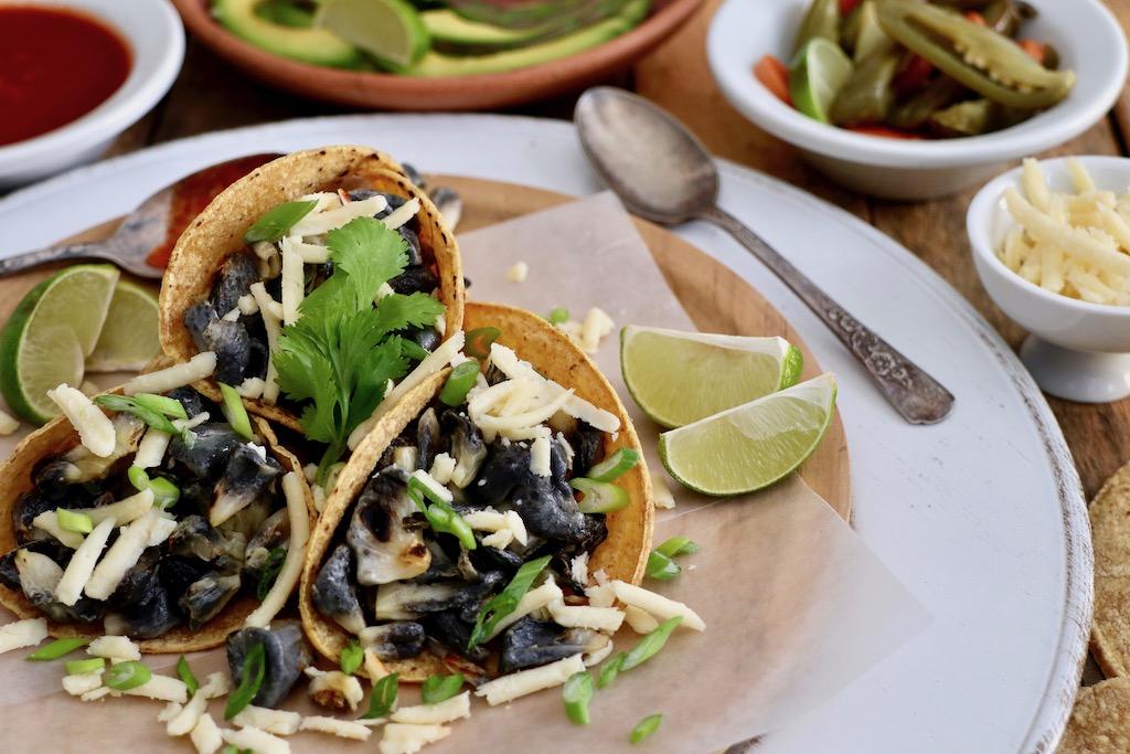 Huitlacoche en tacos con complementos y detalle