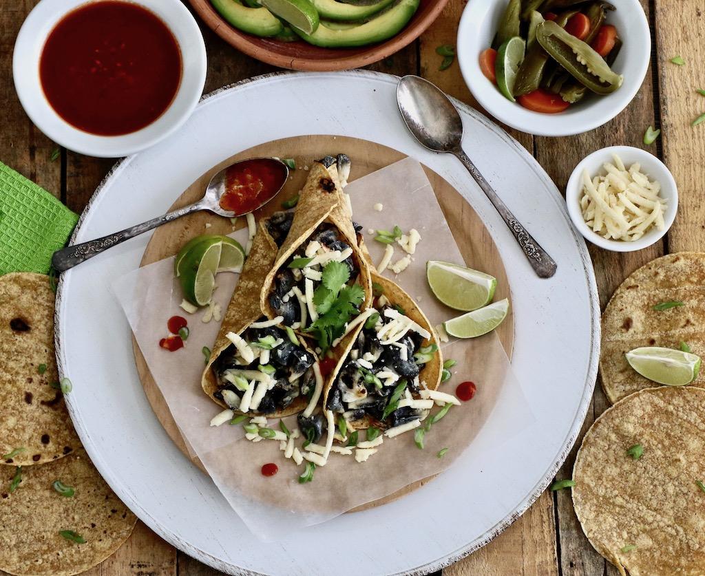 Cuitlacoche armados en tacos con sus complementos