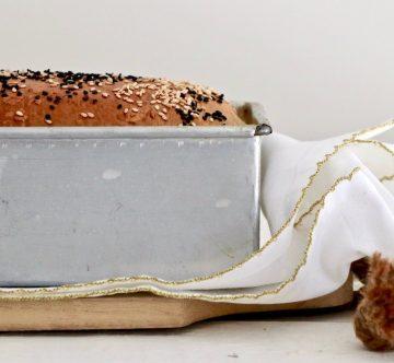 Pan de molde en molde sobre madera