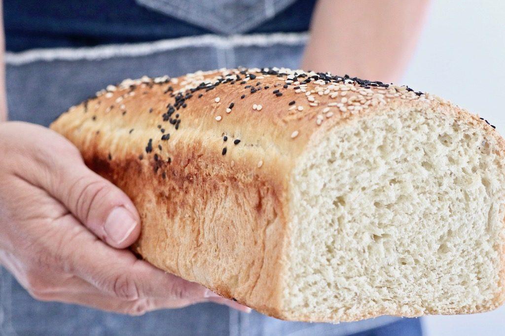 Pan de molde en manos diagonal