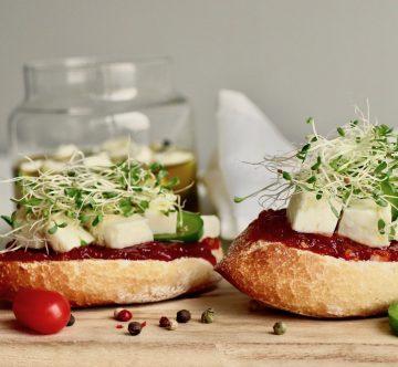 Tosta con mermelada de tomate y queso marinado bodegón