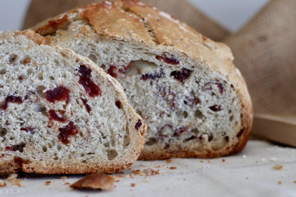 Pan cortado pan de arándanos, miel y nueces