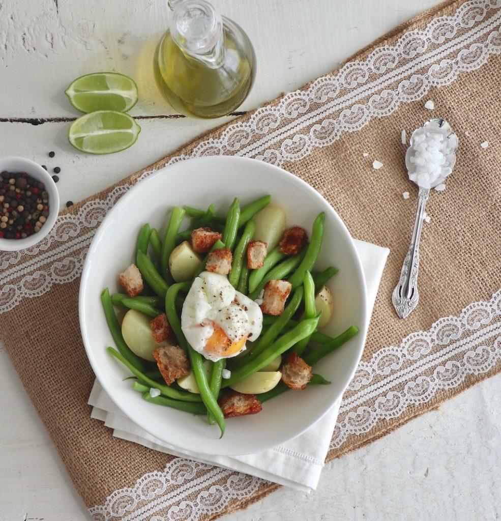 Bodegón con ensalada de ejotes y huevo pochado
